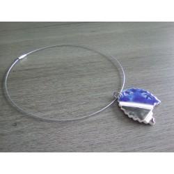Collier céramique faïence bleu blanc sur acier inoxydable.