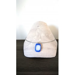 Pendentif bleu et blanc avec effet dichroic en verre fusing création artisanale vendée