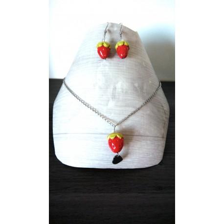 Parure fraises en faïence sur chaine d'acier inoxydable.