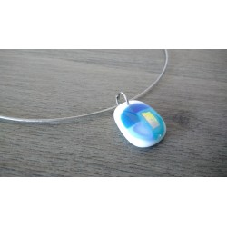 Blue and white pendant with dichroic effect in fusing glass craft creation vendée