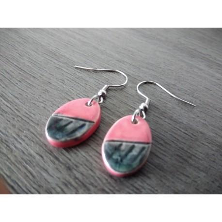 Jolies petites boucles d'oreilles de faïence céramique rose et noir