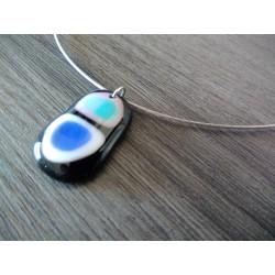 collier de verre fusing noir blanc bleu et rose dichroïc